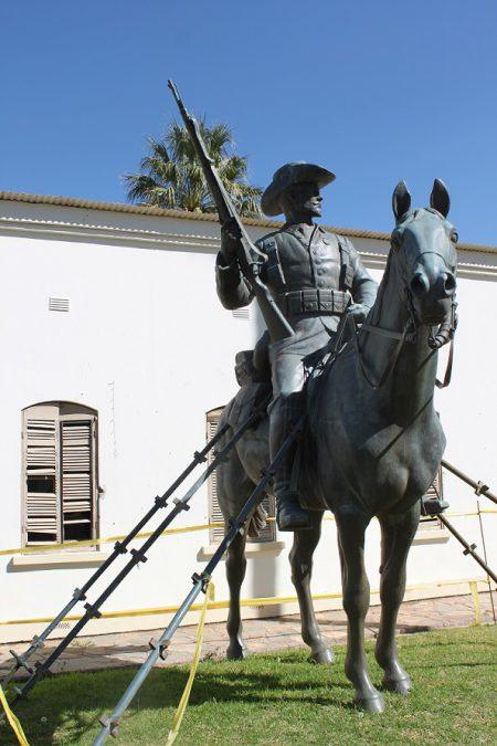 leonor-faber-jonker_erstwhile-reiterdenkmal_windhoek-namibia-30x45